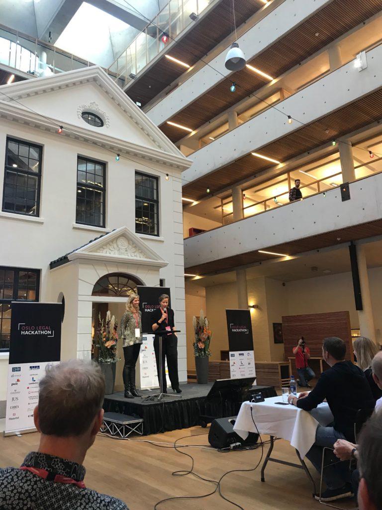 PR- og kommunikasjonssjef for hackathonet Karen Lyche Oppegaard (JUS) og arrangøransvarlig Merete Nygaard (Lawbotics) presenterer juryen. Foto: Victoria Kumwenda